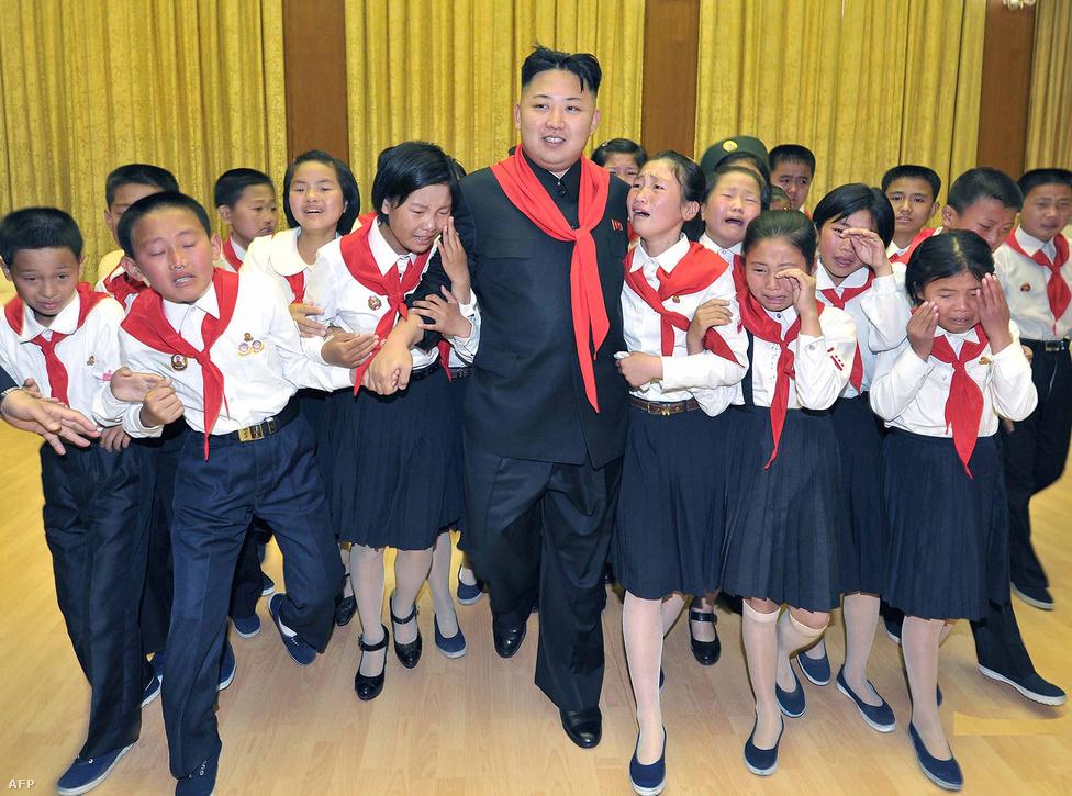 Kim Dzsongun és a boldog úttörők a Koreai Gyermekek Szövetségének 66. évfordulóján.