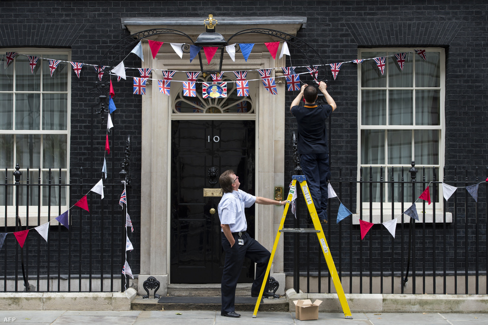 Lekerülnek az ünnepi zászlók a Downing street 10., a miniszterelnöki rezidencia épületéről, miután júniusban minden idők egyik legnagyobb koncertjével köszöntötték  Londonban a brit uralkodót gyémántjubileuma, vagyis trónra lépésének 60. évfordulója alkalmából. Az idén 86 esztendős II. Erzsébet királynő 26 évesen, 1952. február 6-án, édesapja, VI. György király halálának napján lett az Egyesült Királyság uralkodója.