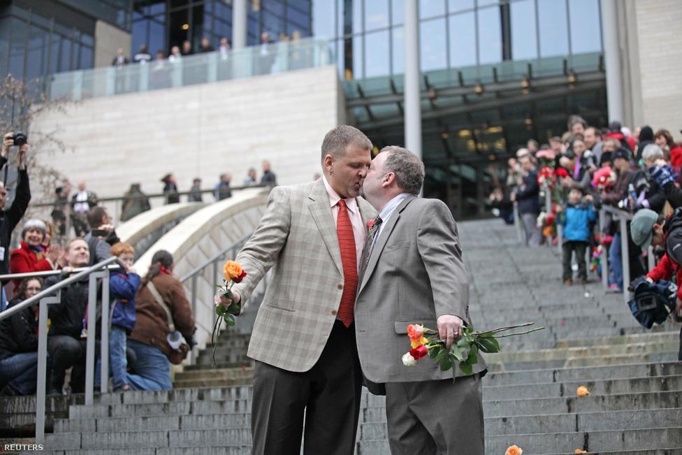 Brad and Jay McCanta házastársi csókja a Seattle-i városháza lépcsőjén. Washington a harmadik állam az Egyesült Éllamokban amelik engedélyezte az azonos neműek házasságkötését.