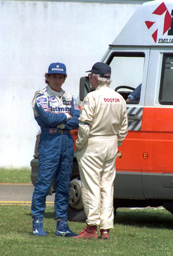 Meghalt Sid Watkins, aki 1978 és 2004 között a Forma-1 vezető főorvosaként dolgozott idegsebészként. 84 évet élt. Pilóták tucatjainak mentette meg életét vagy részesítette őket elsősegélyben, folyton azon fáradozott, hogy a versenypályák biztonságosak legyenek, a mai biztonsági előírások egy része is neki köszönhetőek. A képen a doktor és az 1994-ben halálos balesetet szenvedő Ayrton Senna.