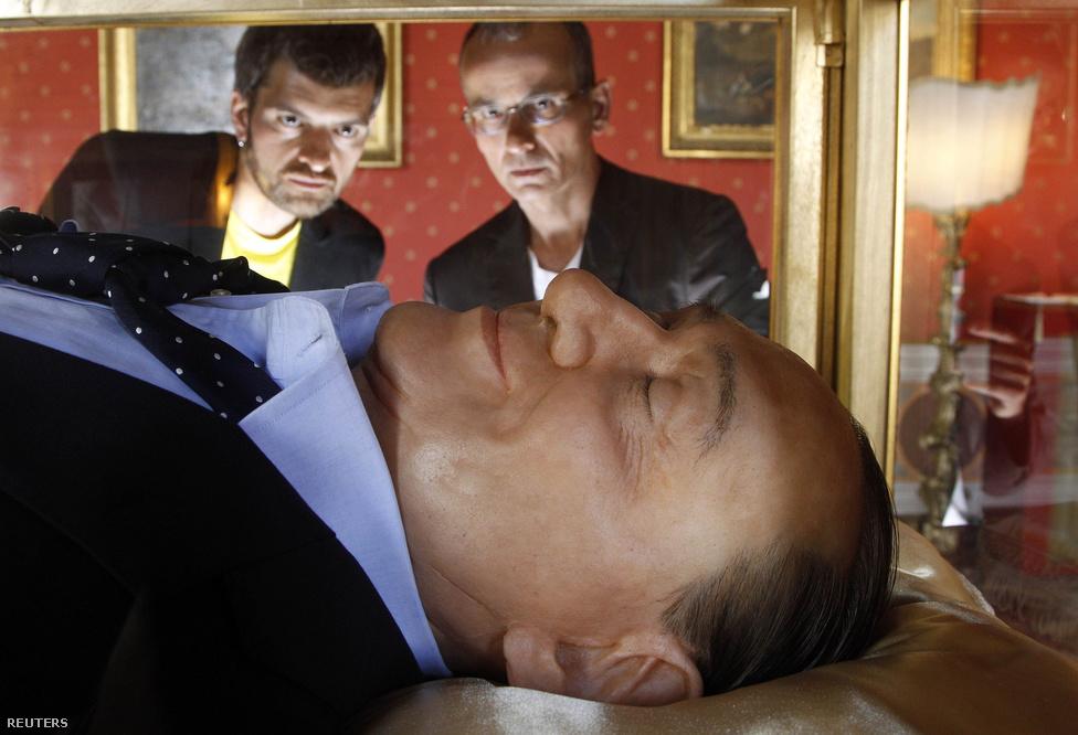Antonio Garullo és Mario Ottocento képzőművészek a halott Berlusconit ábrázoló, az olasz álma című alkotásuk előtt.