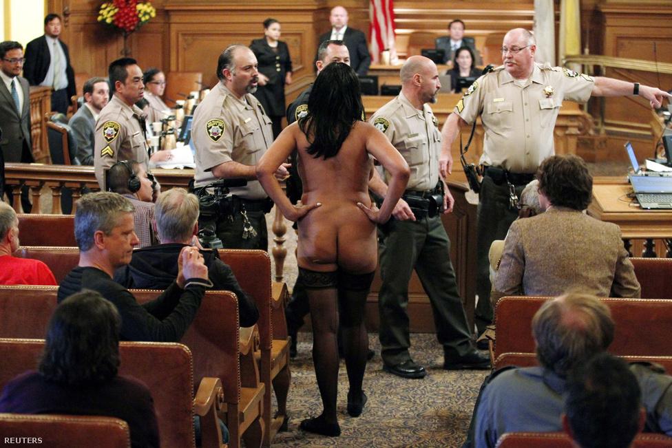 Tiltakozó a San Francisco-i városháza üléstermében. A város betiltani készül a köztéri meztelekedést, ami érzékenyen érintené az utcai felvonulásokat, fesztiválokat és a nudista strandolókat is.