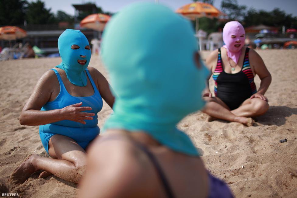 Az új kínai tengerparti viselet. Nejlonmaszk a nap ellen.