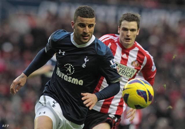 Kyle Walker, a Tottenham védője küzd a labdáért Adam Johnsonnal, a Sunderland középpályásával