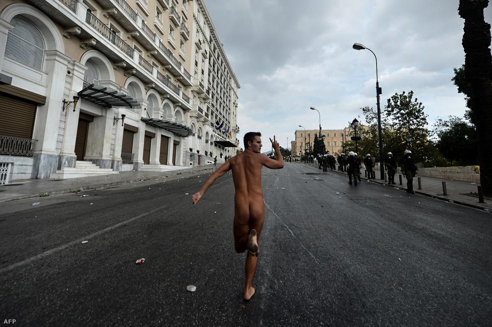 Meztelen tüntető Görögországban, október 9-én, Angela Merkel német kancellár látogatása előtt. Merkel mindegyik görög párt vezetőjével tárgyalt hivatalos útján, érkezése idejére a hatóságok betiltottak minden utcai demonstrációt Athénban
