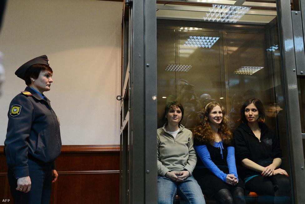 A Pussy Riot punkcsapat három tagja várja az ítélethirdetést Oroszországban, október 10-én. A banda egyik tagjának itéletét felfüggesztették és távozhatott, a másik két lány két év letöltendő börtönbüntetést kapott Putyin-ellenes videójukért.