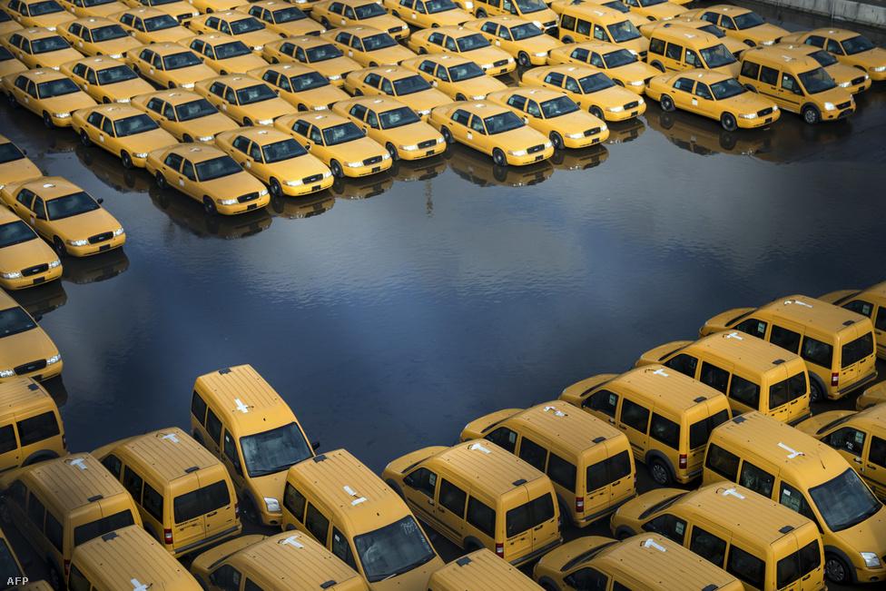 Víz alá került taxis parkoló a Sandy-hurrikán levonulása után New Jersey Hoboken városrészében, október 31-én. Két szó a viharról.