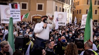 Egymást érik a tüntetések Olaszországban, a tartományok szorgalmazzák a helyi vakcinagyártást