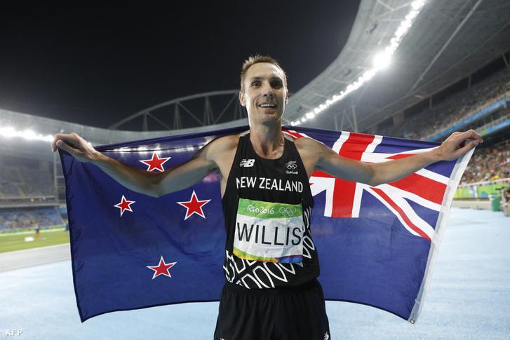 Nick Willis az 1500 méteres döntő bronzérmének elnyerését ünnepli 2016. augusztus 20-án Rio de Janerio olimpiai stadionjában