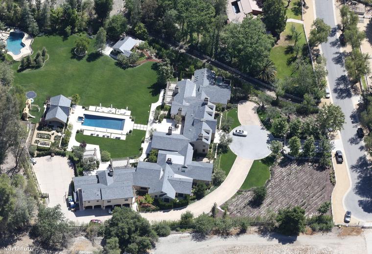2015 május: nagyjából ez volt a kiindulási állapot. Akkoriban éppen azért fotózták felülről celebek házait, mert a nagy kaliforniai aszályban valahogy csak sikerült megoldaniuk, hogy szép maradjon a gyep.