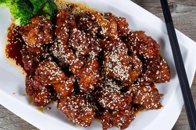 Omlós csirkefalatok szezámos-mézes bundában – Kívül ropogós, belül puha lesz a hús