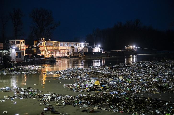 Kommunális hulladékot távolítanak el munkagépekkel a Tiszából Vásárosnaményban 2021. február 6-án