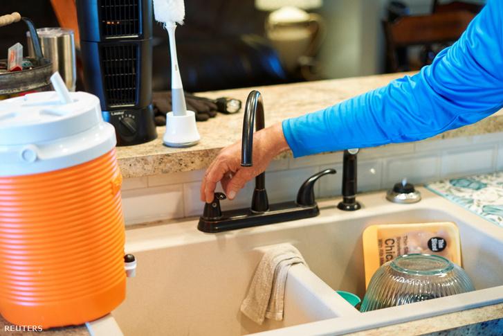 Csapot tesztelő lakos a házában, miután a téli időjárás miatt vízkimaradás volt 2021. február 20-án Texasban
