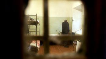 Csoportosan verik a fegyenceket egy orosz börtönben