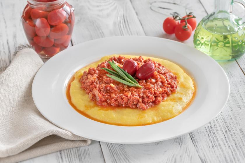 Szaftos bolognai ragu polentával kínálva: sűrű, fűszeres szafttal lesz az igazi