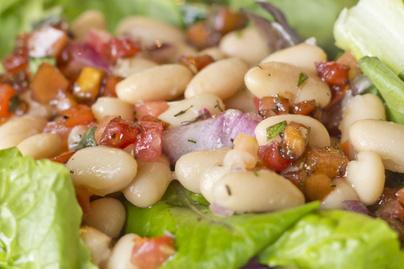 Villámgyors fehérbab-saláta koktélparadicsommal – Fehérjedús, laktató fogás
