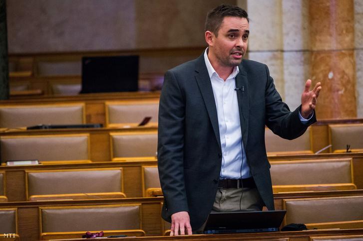 Stummer János, a Jobbik képviselője interpellál az Országgyűlés plenáris ülésén 2021. február 22-én