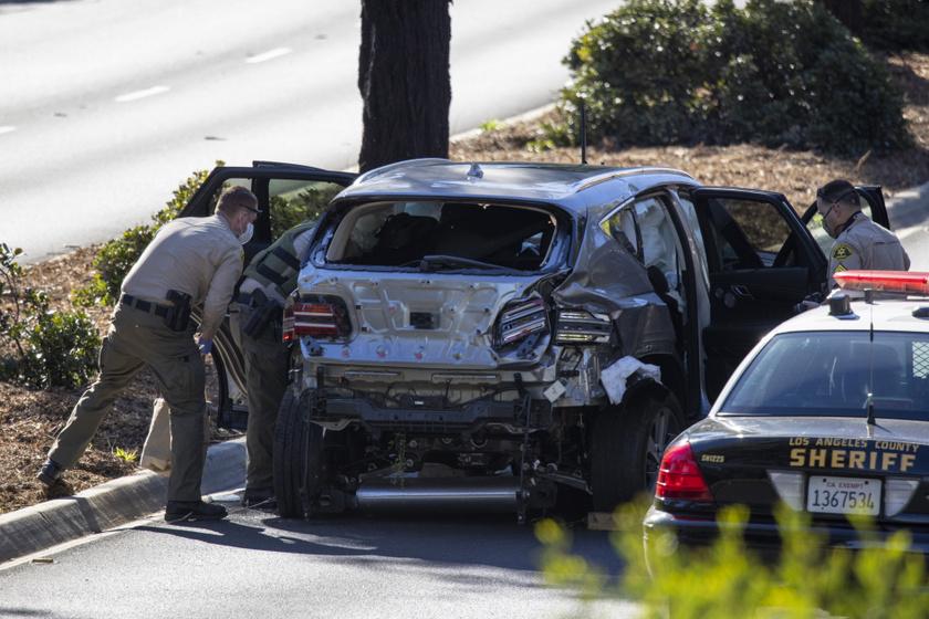A képen Tiger Woods szétroncsolódott autója látható.