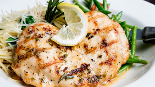 Görög hangulat akár a tél közepén is: citromos mediterrán csirke