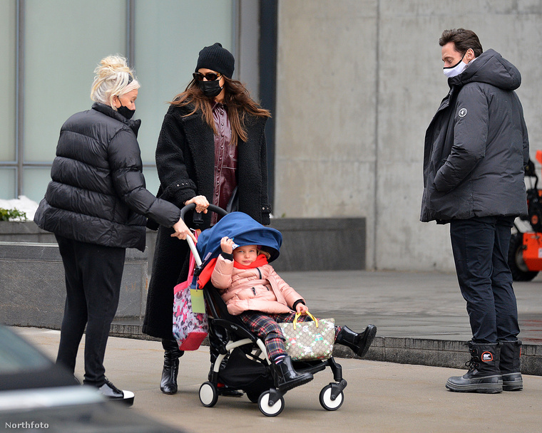 Elhagyva a vízpartot Shayk azon kapta magát, hogy Hugh Jackman és felesége, Deborra-Lee Furness sétál velük szembe