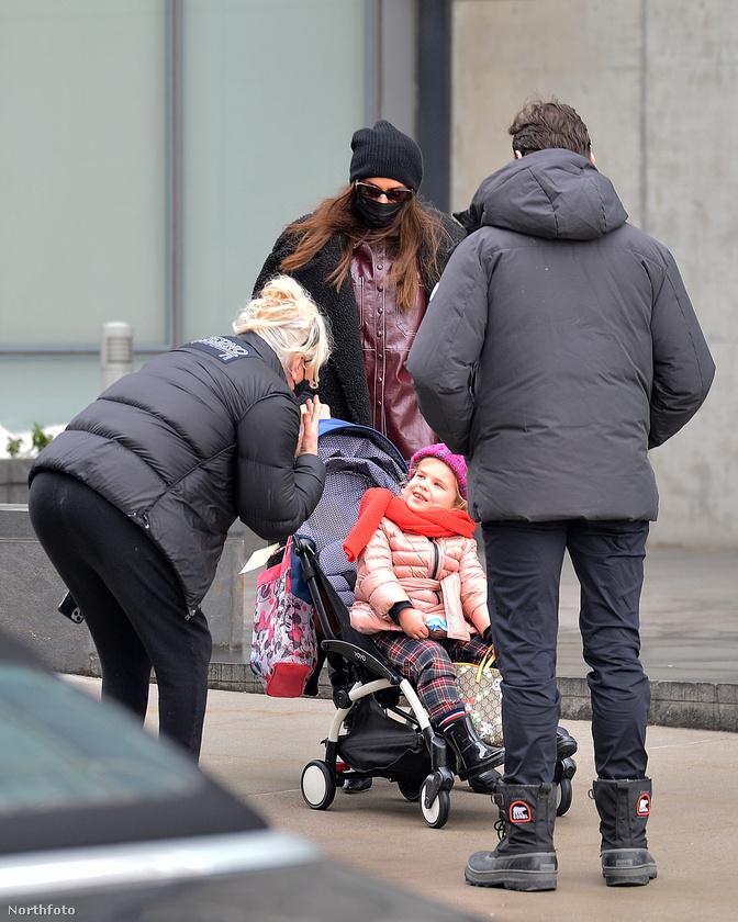 A színész felesége nem zavartatja magát, még Shayk kislányával is csevegett egy kicsit
