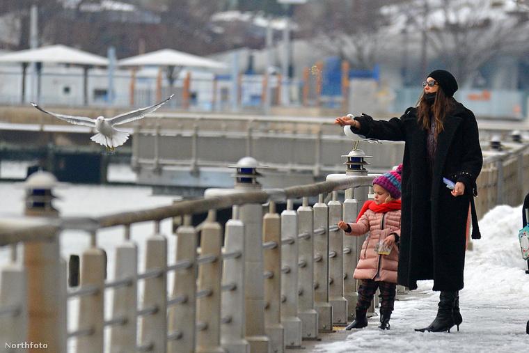 Irina Shayk és hároméves kislánya, Lea De Seine a lesifotósok kedvenc fotóalanyai, sokszor megörökítették már az anyukát, hogy a kislányával sétál, de a kislányról apja, Bradley Cooper társaságában is készült már több tucatnyi paparazzifotó