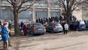 Hosszú sorokban várnak idős emberek az oltásra