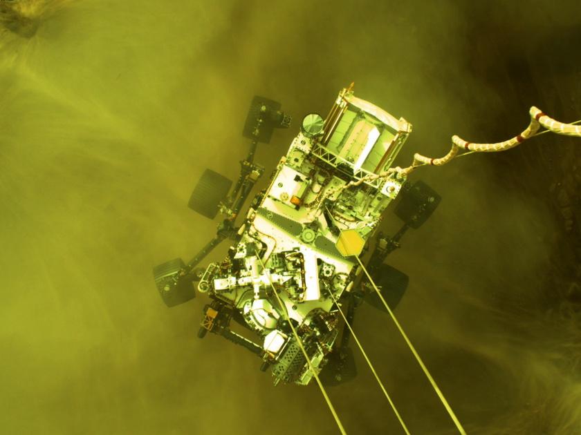 2021. február 23-án közreadott, a Perseverance marsjáró kamerája által készített kép a járműről a Mars felszínén közvetlenül a landolás után, február 18-án.