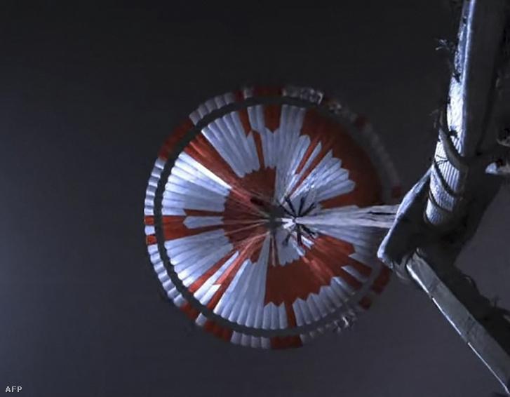 A NASA Perseverance rover ejtőernyője