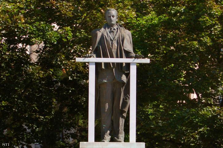 Kovács Béla, a szovjet hatóságok által elhurcolt kisgazda politikus, államférfi szobra a Kossuth téren.