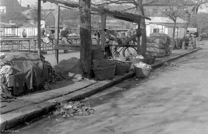 A Köztársaság téri piac Gyöngyösön 1961-ben.