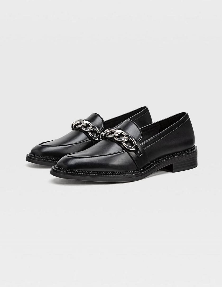 A láncos díszítés idén cipőkön és szandálokon is nagyon sikkes lesz. Ez a fekete darab határozott, magabiztos megjelenést kölcsönöz, és nem töri fel a lábadat. 8995 forintért lehet a tiéd a Stradivariusban.