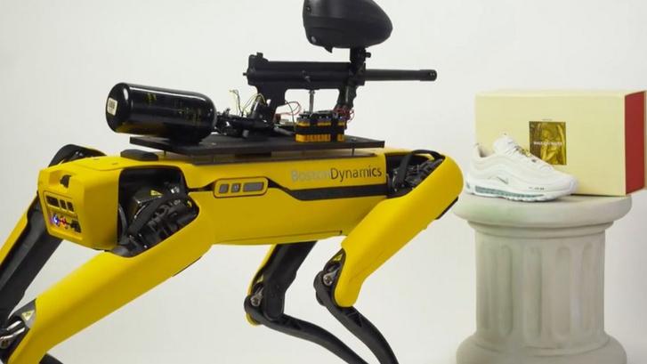 Spot, a Boston Dynamics robotkutyája az MSCHF performansza során. (Forrás: MSCHF)