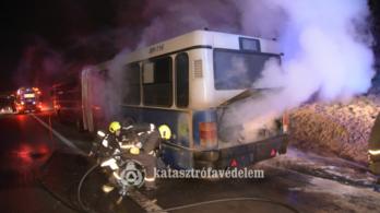 Kigyulladt egy BKV-busz az M0-son