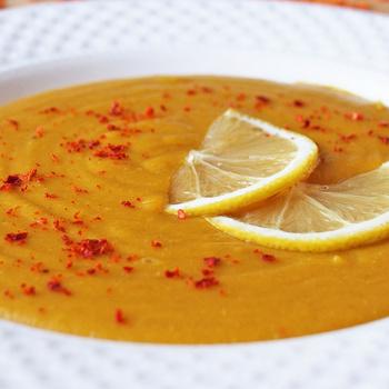Citromos vöröslencse-krémleves curryvel: tápláló ebédként is megállja a helyét