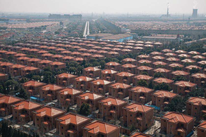 Hihetetlen luxusban élnek Kína leggazdagabb falujának lakói: aranykalitkának tűnik a település