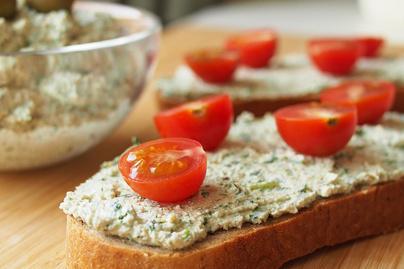 Olívás túrókrém friss petrezselyemmel és citromlével: fehérjebomba reggeli