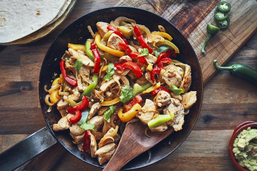 Fűszeres csirkemell kaliforniai paprikával sütve: villámgyors serpenyős főfogás
