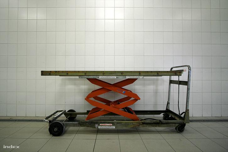 Holttest szállítására alkalmas emelő a Csömöri Krematórium és Sírkertben 2009. május 16-án