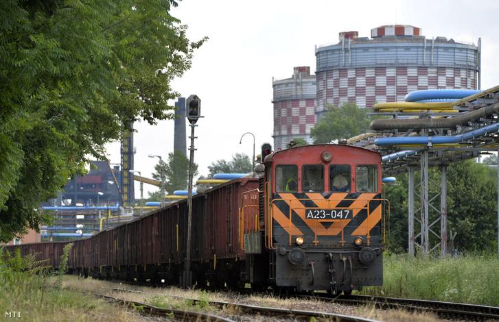 Üres kocsikból álló tehervonatot vontat egy A23-as dízelmozdony az ISD Dunaferr Zrt. dunaújvárosi üzemében 2016. augusztus 2-án