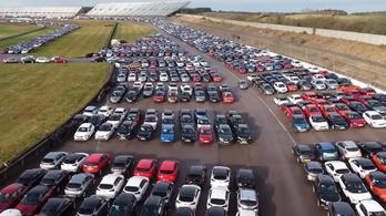 Több ezer használt autó pihen egy angol versenypályán