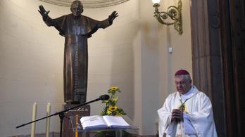 Koronavírusban elhunyt az esztergom–budapesti püspök, felfüggesztették az istentiszteleteket a Bazilikában