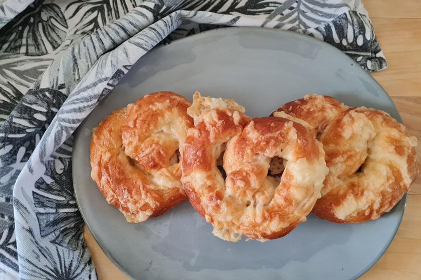 Puha, sonkás-sajtos perec: a kelt tészta kacsazsírtól lesz omlós