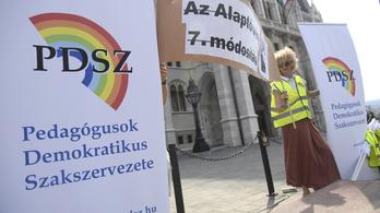 Orbán Viktort kérik, hogy zárja be az összes iskolát