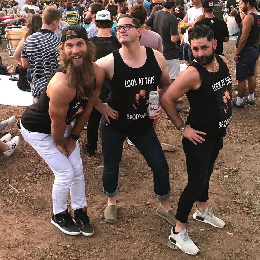 A férfiak szerint ilyenek a lányok, amikor közösen mennek koncertre, és képet készítenek.