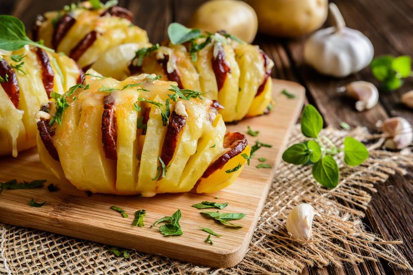 Mutatós és nagyon finom hasselback krumpli: a kialakított zsebekbe kolbász és sajt kerül