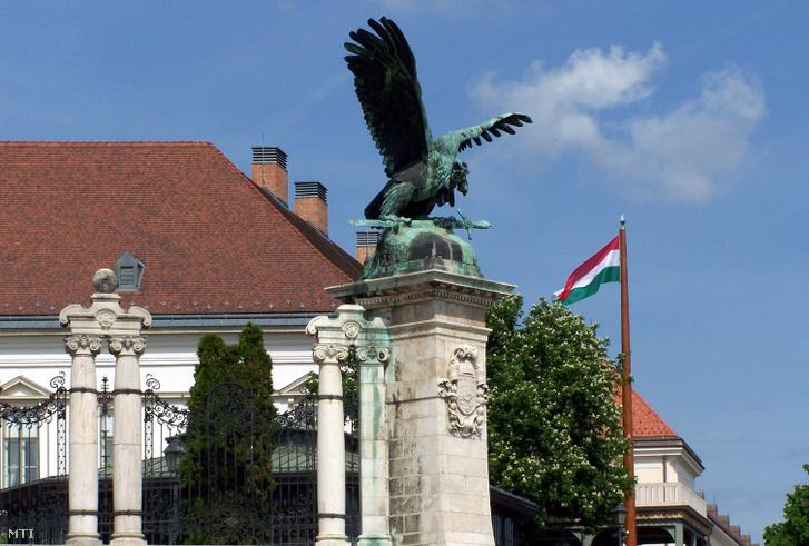 A Budavári Palota Turul-szobra