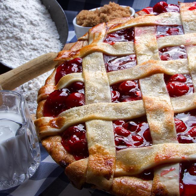 Klasszikus rácsos pite cseresznyés töltelékkel: vaníliafagyival megkoronázva az igazi