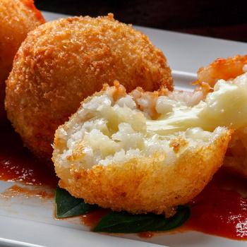 Olasz rizsgolyó, avagy arancini háromféle sajttal: belül krémesre, kívül ropogósra sül