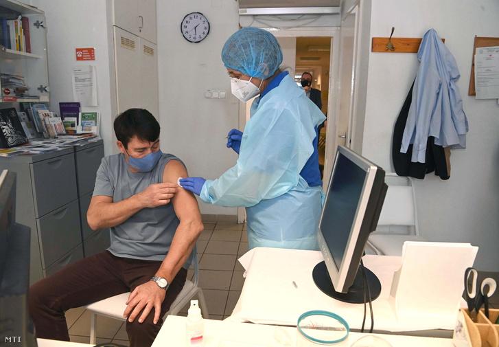 Áder János köztársasági elnök megkapja a kínai Sinopharm koronavírus elleni vakcinájának első oltását a II. kerületi Önkormányzat Egészségügyi Szolgálatának Lotz Károly utcai háziorvosi rendelőjében, 2021. február 26-án